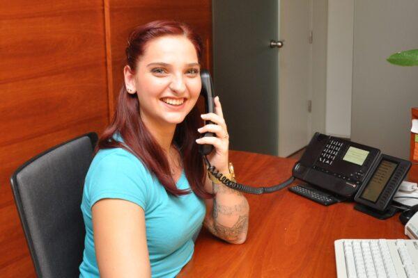 Nikolina mit Telefon Kontakt Zahnarztpraxis Hinteregger Lustenau