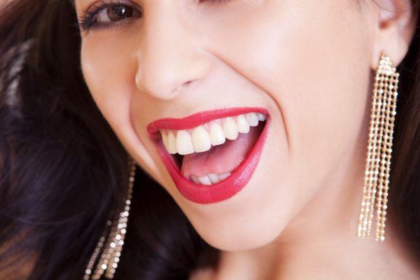 strahlendes Lächeln Angebot Zahnersatz Zahnimplantat Zahnkrone Zahnhygiene