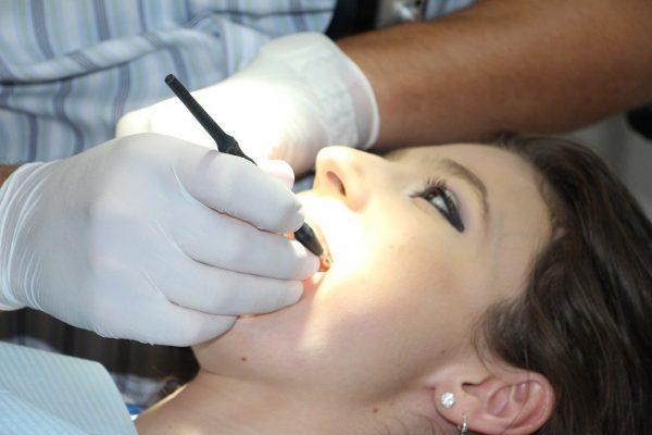 Untersuchung Angebot Zahnersatz Zahnimplantat Zahnkrone Zahnhygiene